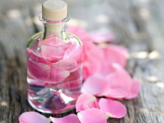 Nước hoa hồng giúp cải thiện vùng da mắt bị tổn thương