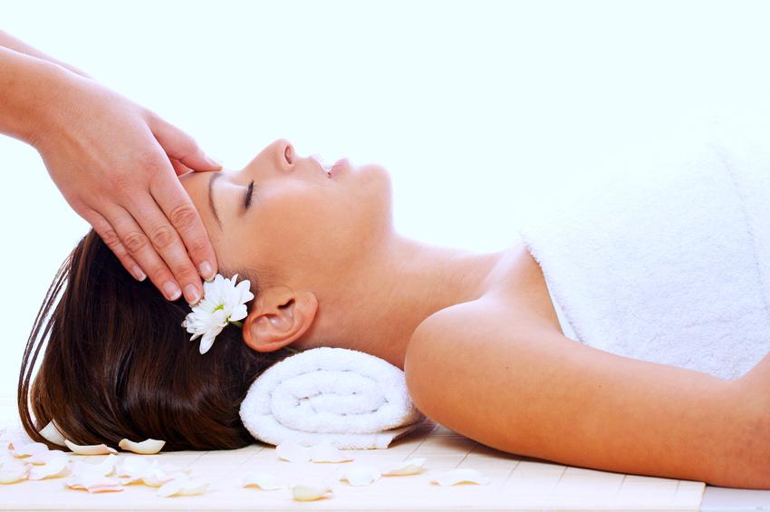 Massage bằng dầu dMassage bằng dầu dừa là cách giảm nếp nhăn vùng mắtừa là cách giảm nếp nhăn ở mắt